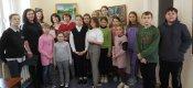 Участники выставки вместе с учащимися школы